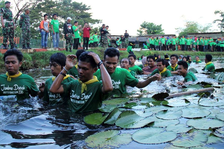 """Indonesian youth from a young entrepreneurs group take part in the """"Bela Negara"""" programme at a military camp in Makassar, South Sulawesi on April 24, 2016."""