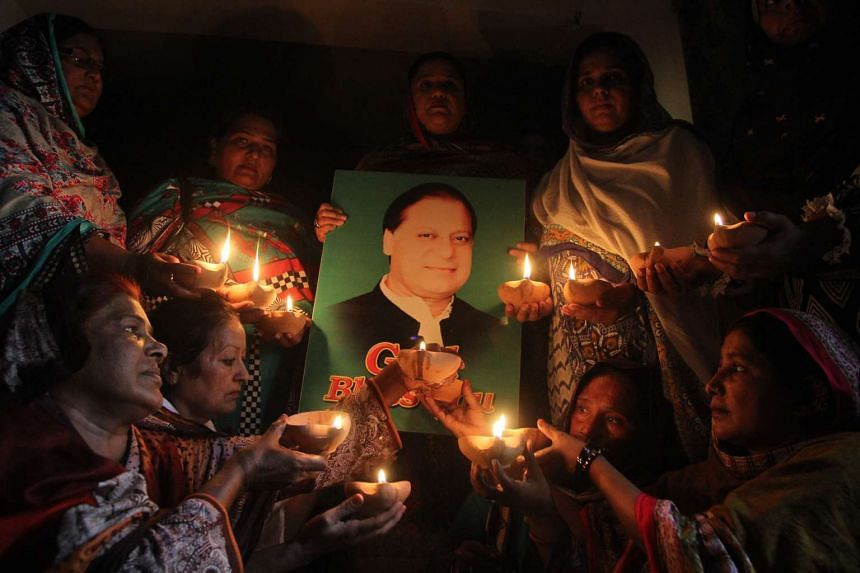 Supporters of Pakistan's Prime Minister Nawaz Sharif hold oil lamps as they pray for his early recovery on May 31, 2016 in Multan.