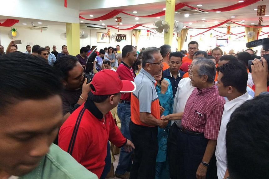 Dr Mahathir arriving at the Hao Xiang Chi restaurant in Sekinchan to attend a special colloquium on his Citizens' Declaration movement.