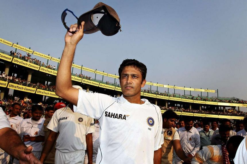 Anil Kumble salutes the crowd with his cap during the last day of the third test match between India and Australia in New Delhi, on Nov 2, 2008.