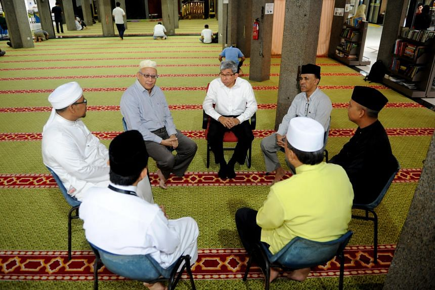 Dr Yaacob Ibrahim, Minister of Communications and Information and Minister-in-Charge of Muslim Affairs, having a dialogue sesison with the mosque's committee members.
