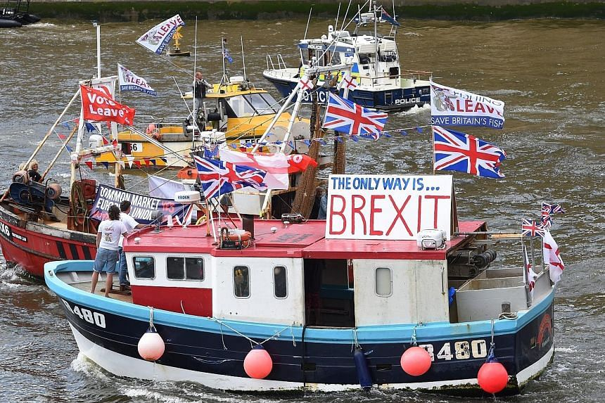 About 30 trawlers steamed past Parliament yesterday in a protest against EU fishing quotas.