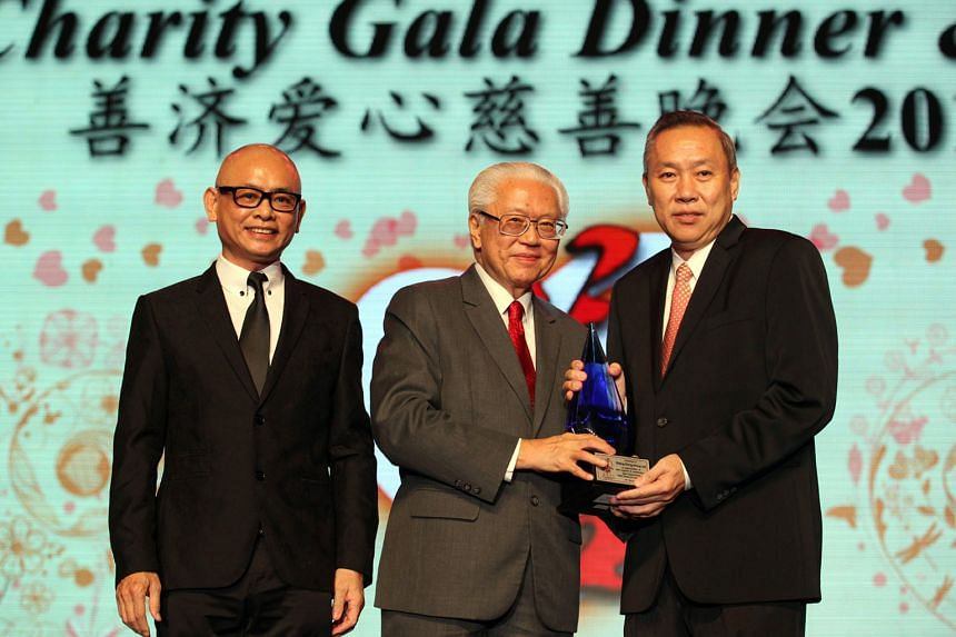 Above: President Tony Tan Keng Yam handing a token of appreciation to Sheng Siong supermarket boss Lim Hock Cheefor donating $300,000 to Sian Chay at its charity gala dinner on March 19. With them is Sian Chay chairman Toh Soon Huat.
