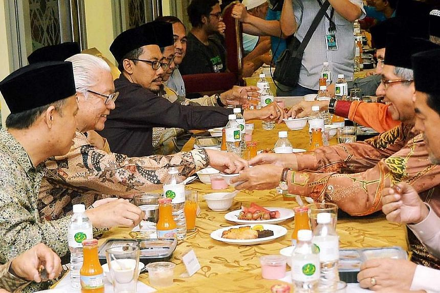 More than 600 guests and worshippers gathered for an iftar (breaking of fast) function hosted by the Al-Ansar Mosque yesterday evening, tucking into a healthier and more nutritious spread of food. This is in line with this year's Touch of Ramadan Cam
