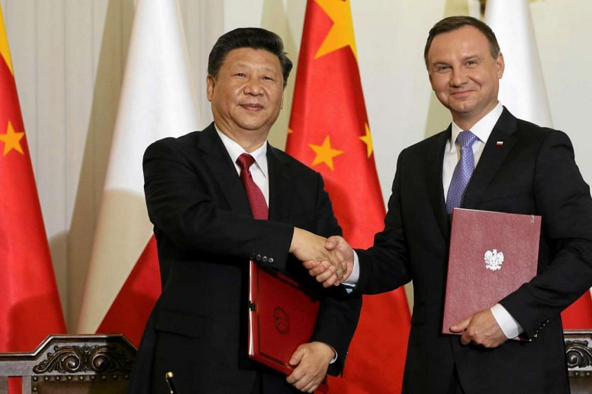Chinese President Xi Jinping (left) and his Polish counterpart Andrzej Duda at the signing of a cooperation treaty between the two countries in Warsaw, on June 20, 2016.