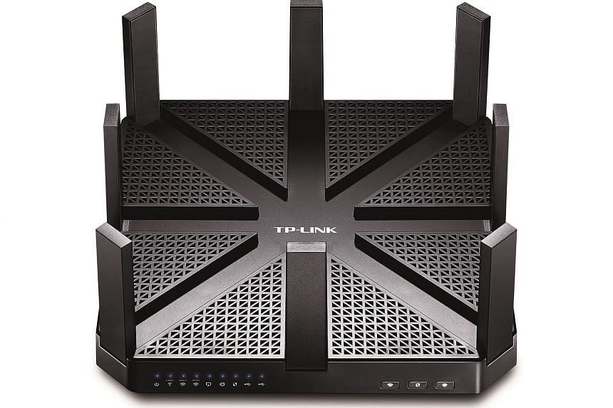 The Talon AD7200 has eight antennas that lets it transfer data over three wireless bands - 2.4GHz, 5GHz and 60GHz.