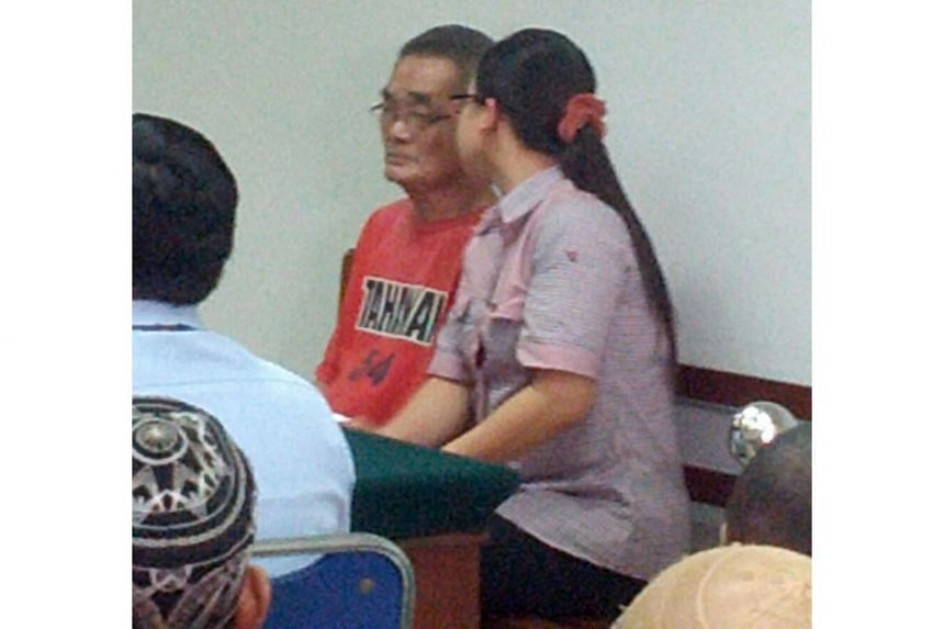 An interpreter helping Teo Boon Tiak (left) to translate from Bahasa Indonesia to Chinese at Batam District Court on June 23, 2016.