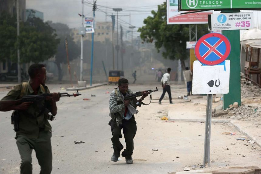 Somali government soldiers run to take their positions.