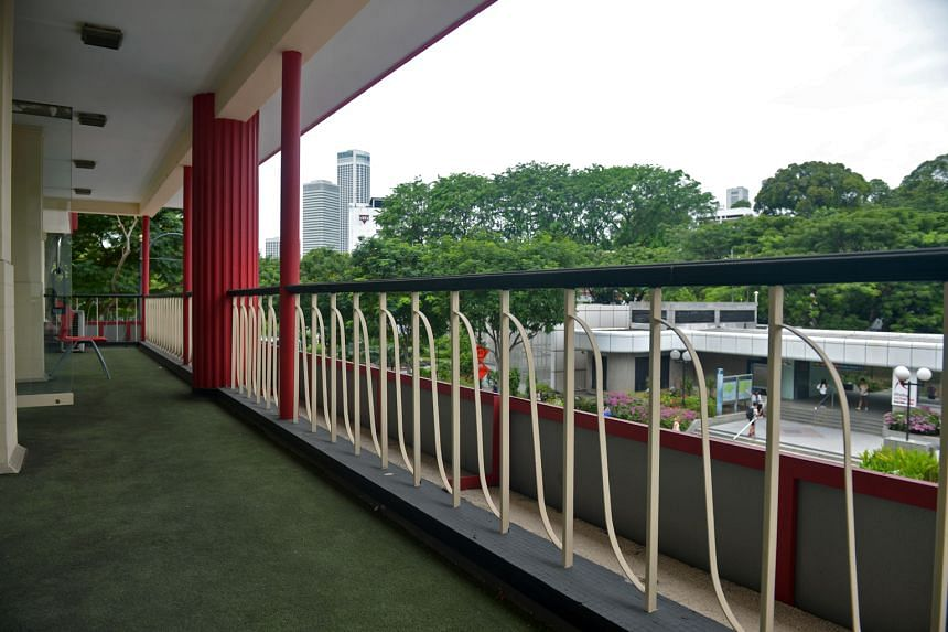 The balcony on the second floor (above) has a razor–thin cantilevered flat roof.
