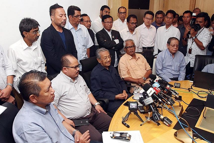 Dr Mahathir (seated, third from left) speaking to the press yesterday. With him are (from left) Parti Amanah Negara deputy president Salahuddin Ayub, PKR vice-president Shamsul Iskandar, PAS MP Mahfuz Omar and DAP supremo Lim Kit Siang.