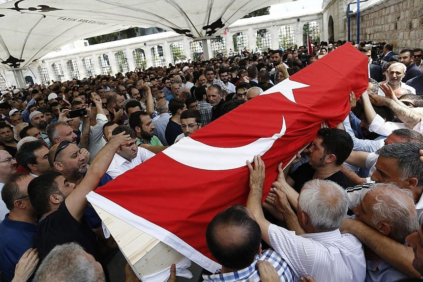 Mourners carrying the coffin of one of the coup victims during a funeral service at Fatih Mosque in Istanbul yesterday. Leaders of the weekend coup attempt appeared to lack any allies. The insurrectionists also tried but failed to control communicati