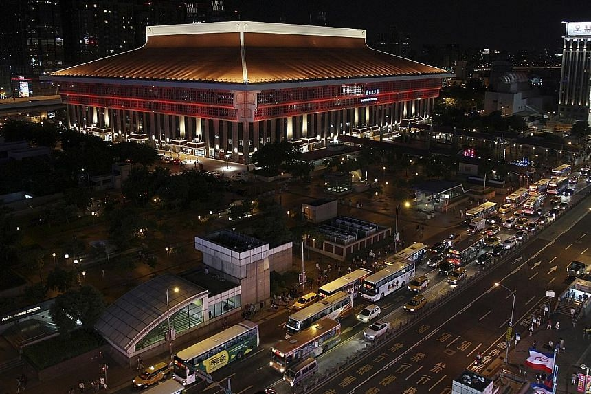 The Taipei Main Station celebrated its 125th anniversary by unveiling a new facade, including a new roof and lighting system. The station, the main transport hub in the heart of the Taiwanese capital, is served by high-speed rail, metro and regular t