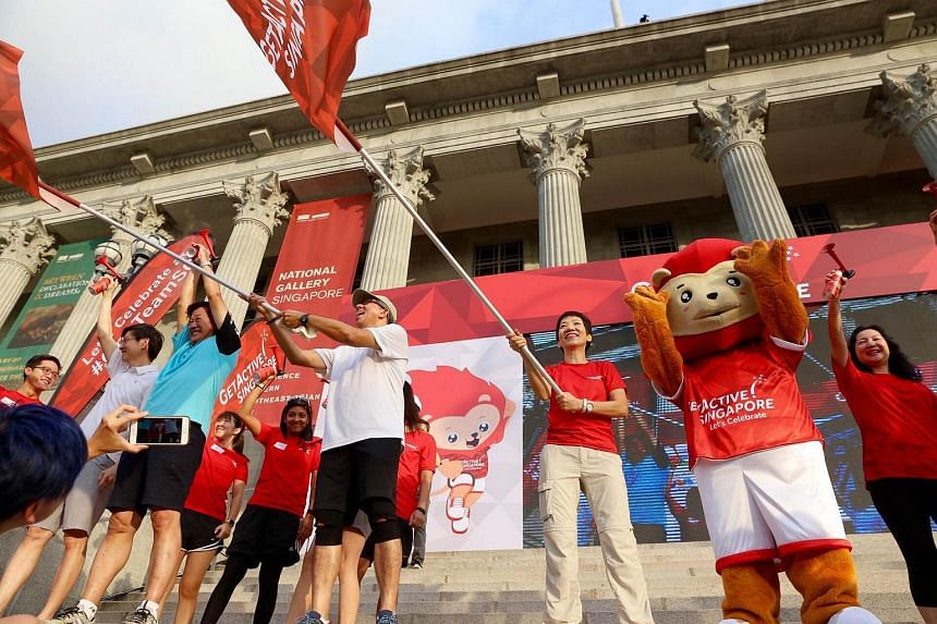 Minister for Culture, Community and Youth Grace Fu (in red, next to Nila), and Minister for Communications and Information Yaacob Ibrahim (in white) flagging off the runners for the CSC run.
