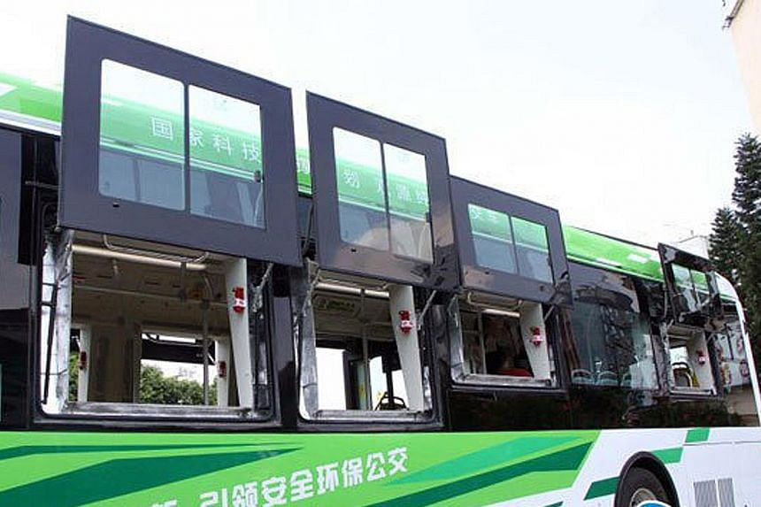 The new bus has nine exits altogether: two conventional ones found on buses and seven new safety windows. These windows can be opened to allow exit and are larger than usual for the benefit of seniors and children.