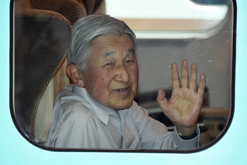 Emperor Akihito, 82, seen here through a window of a train at Tokyo Station last Monday, reportedly does not wish to remain the monarch if he has to cut back on his official duties due to health problems.