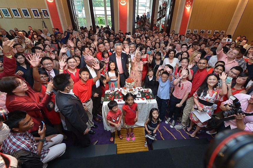 There was a feast of Singapore food at the Singapore Embassy in Washington, DC on Sunday when Prime Minister Lee Hsien Loong and Mrs Lee joined more than 500 Singaporeans based in the United States for an early National Day celebration. There was a c
