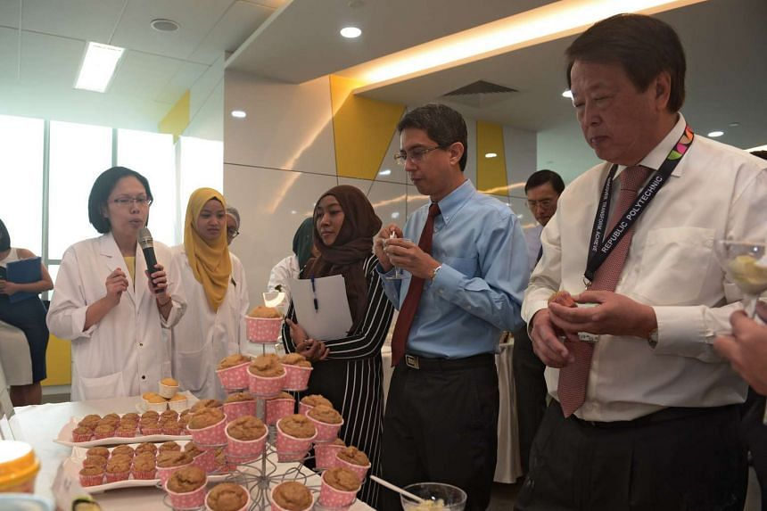 (From left) Associate Professor Muhammad Faishal Ibrahim, Parliamentary Secretary, Ministry of Education & Ministry of Social and Family Development and Mr Kuok Khoon Hong, Chairman and CEO, Wilmar International Ltd, taste Low GI Wholegrain Muffins a