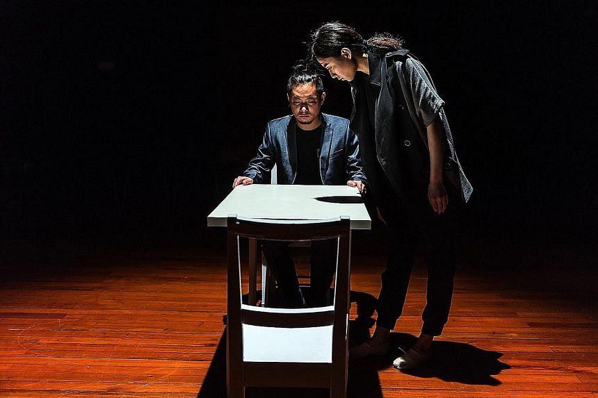 Liu Xiao Yun (seated) and Zhu Hong in Descendants 400.