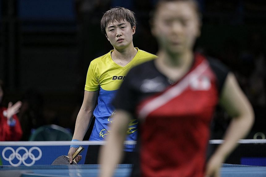 Feng Tianwei (background) grimacing as she failed to beat Ai Fukuhara, against whom she had a 14-3 record.