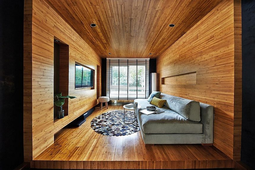 Bamboo strips line the ceiling, walls and floor of the family room (above). The adjoining dining room (left) is furnished with mismatched seats, including a customised wooden bench.