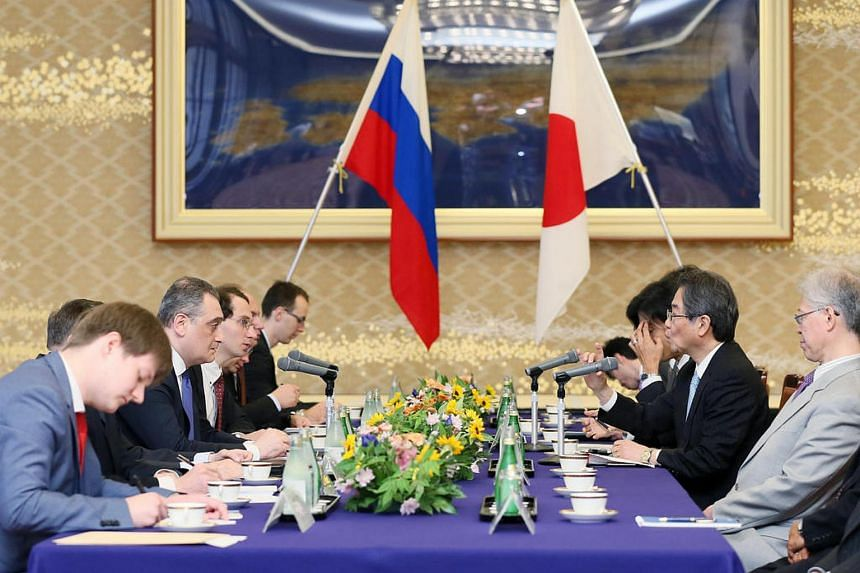 Chikahito Harada (2nd right), the Japanese government representative and ambassador in charge of Japan-Russia relations, and Russian Deputy Foreign Minister Igor Morgulov (2nd left) hold talks at the Iikura guest house in Tokyo on June 22.