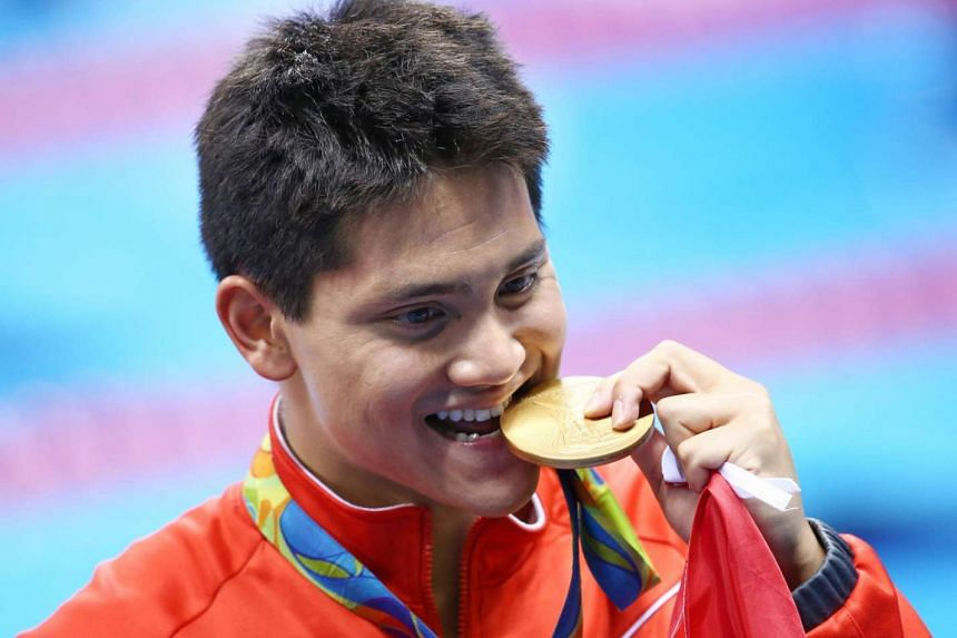 Joseph Schooling poses with his gold medal on Aug 12.