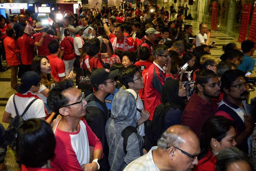 A sea of fans await Joseph Schooling's return at Changi Airport.