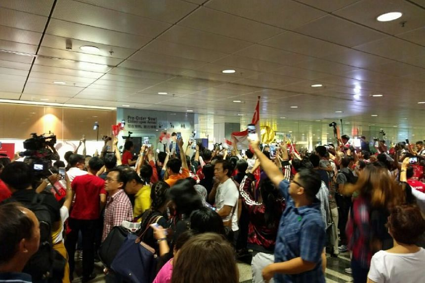 The crowd surged forward when they heard cheering from the front at Joseph Schooling's arrival.