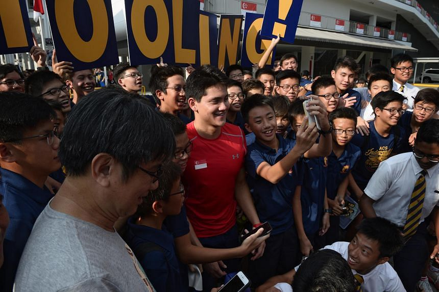 Joseph Schooling poses for photos with ACS (Independent) swim team during his visit to ACS (Junior) on Aug 16.