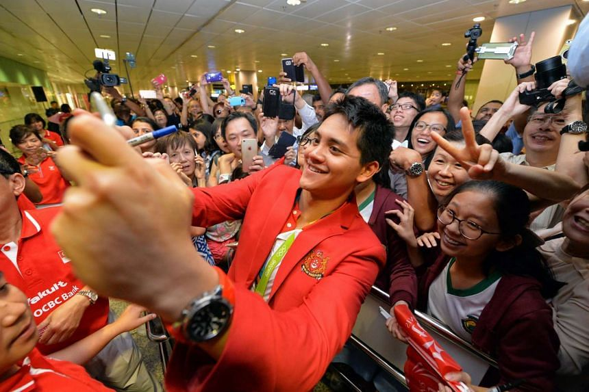 Singapore's first Olympic gold medallist Joseph Schooling taking a wefie with hundreds of fans at Changi Airport's Terminal 3 on Aug 15, 2016.