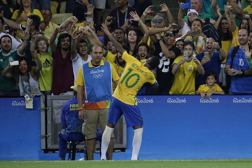 Neymar celebrating his free kick goal in front of home fans on Aug 20.