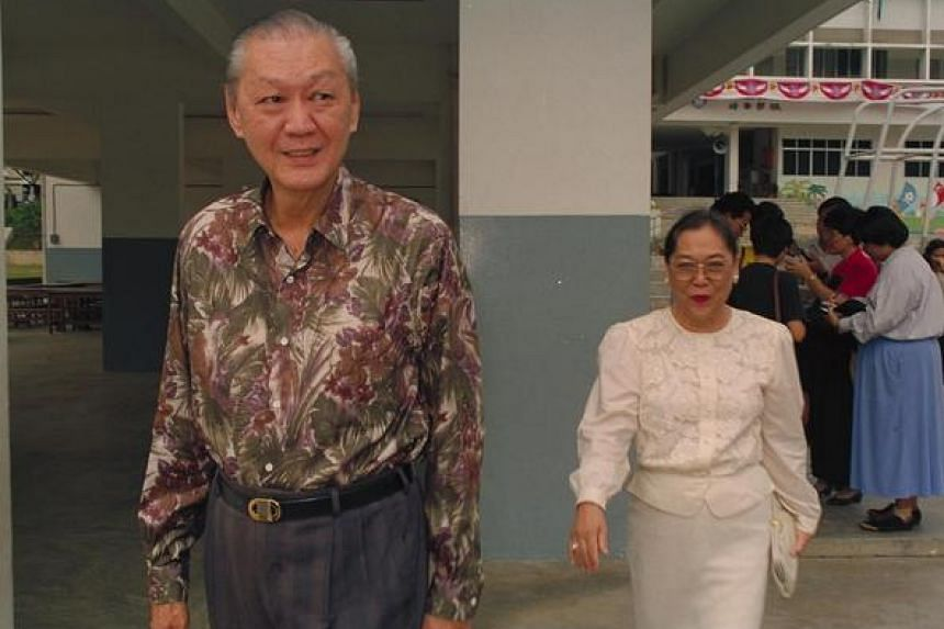 Presidential candidate Chua Kim Yeow (left) and his wife, Madam Seah Sok Meng, at Pei Hwa School to cast their votes on Aug 28, 1993.