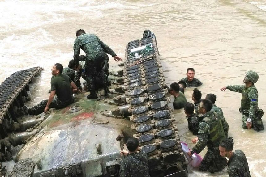 Soldiers trying to rescue the four solders trapped in a CM-11 tank from a river in Pingtung County, east Taiwan on Aug 16, 2016.