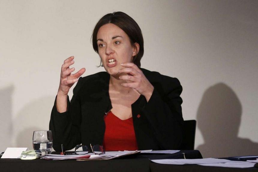 Scottish Labour Party leader Kezia Dugdale is appealing to party members to back challenger Owen Smith over Mr Jeremy Corbyn.