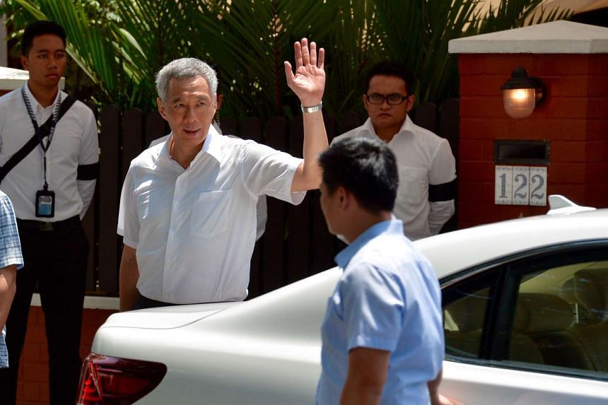 Prime Minister Lee Hsien Loong leaving the house of former president S R Nathan.