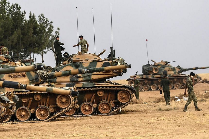 At least 10 more Turkish tanks have crossed the border into Syria on Aug 25, 2016.