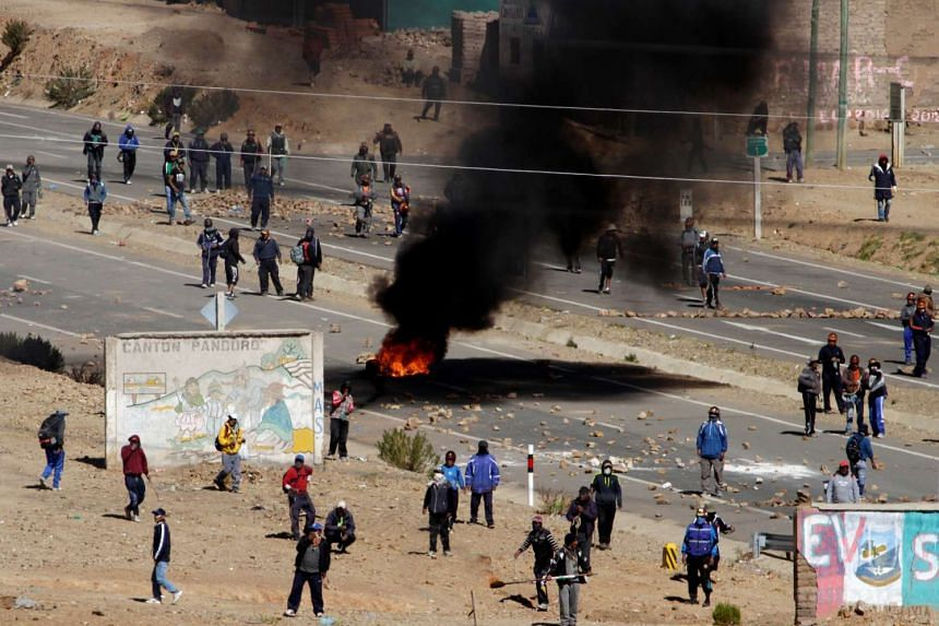 Independent miners block a main highway during a protest against Bolivia's President Evo Morales' government policies, in Panduro south of La Paz, Bolivia on Aug 25, 2016.