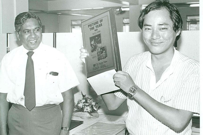 Mr Nathan, then executive chairman of The Straits Times Press, with photographer H.L. Chan, who won the Straits Times Picture of the Year in 1985.