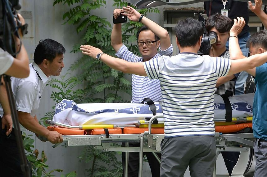Hospital staff carrying the body of Lotte vice-chairman Lee In Won, after his apparent suicide near the town of Yangpyeong on Aug 26, 2016.