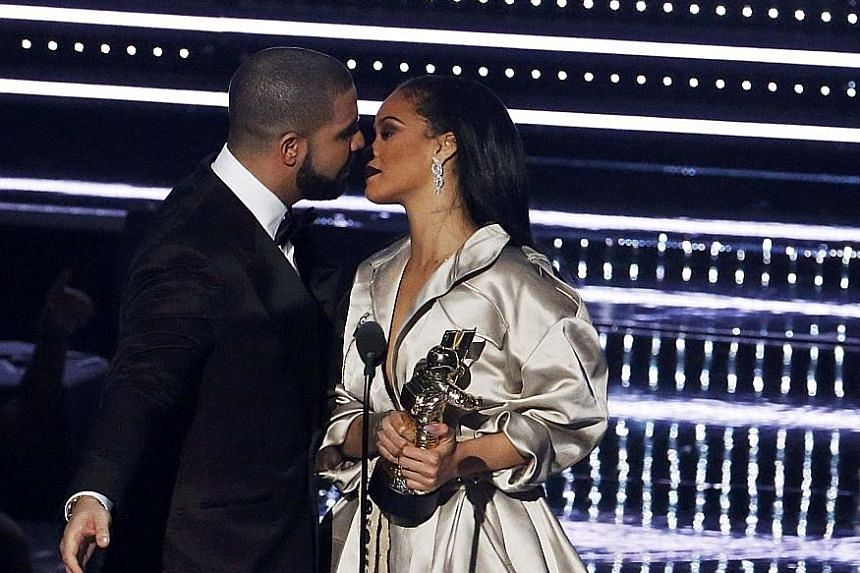 As Drake tried to kiss Rihanna after handing her the Video Vanguard Award on Sunday, it looked like she leaned back and he planted his lips on her cheek.