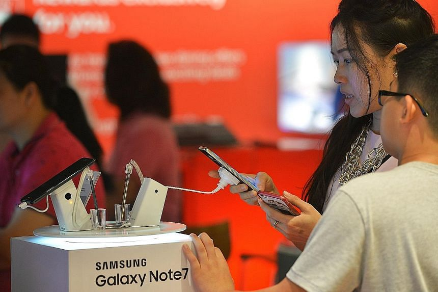 A Samsung Galaxy Note7 display set at the Singtel store in Ang Mo Kio Hub yesterday afternoon. Singtel, StarHub and M1 announced they were no longer selling the smartphone after Samsung announced the recall later in the day. Samsung said it had recei