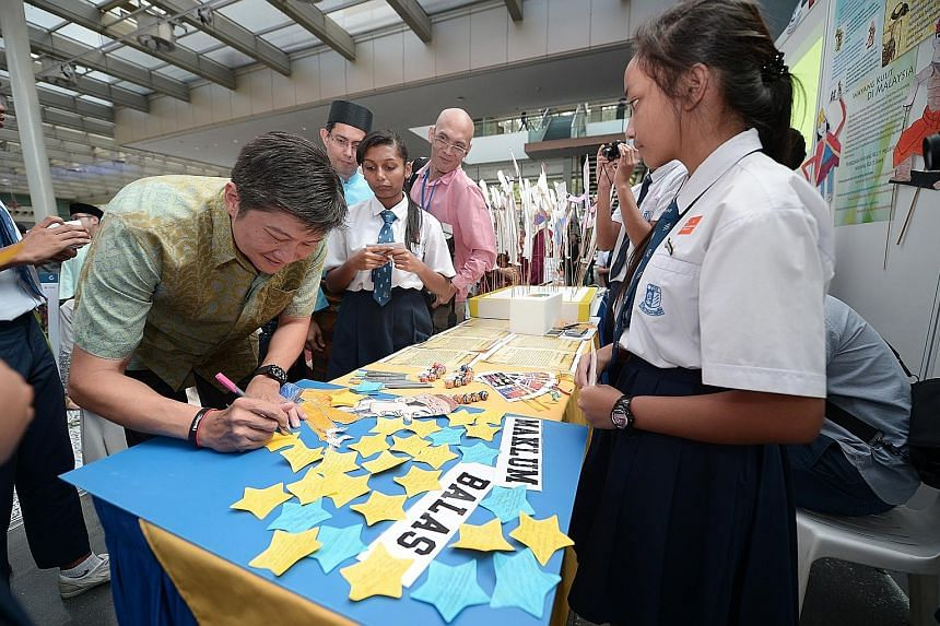 """Acting Minister for Education (Schools) Ng Chee Meng, who was the guest of honour at the event, penning a message of encouragement on a feedback board saying, """"Beautiful expressions! Keep enjoying your learning."""""""