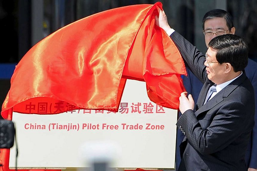Huang Xingguo unveils the China (Tianjin) Pilot Free Trade Zone on April 21, 2015.