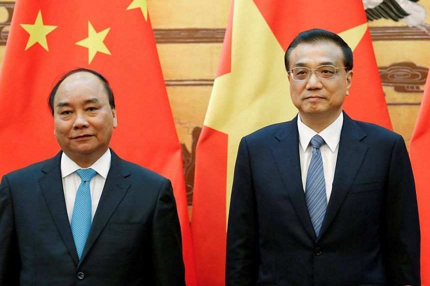 Vietnamese Prime Minister Nguyen Xuan Phuc (left) and Chinese Premier Li Keqiang  attend a signing ceremony at the Great Hall of the People in Beijing on Sept 12, 2016.