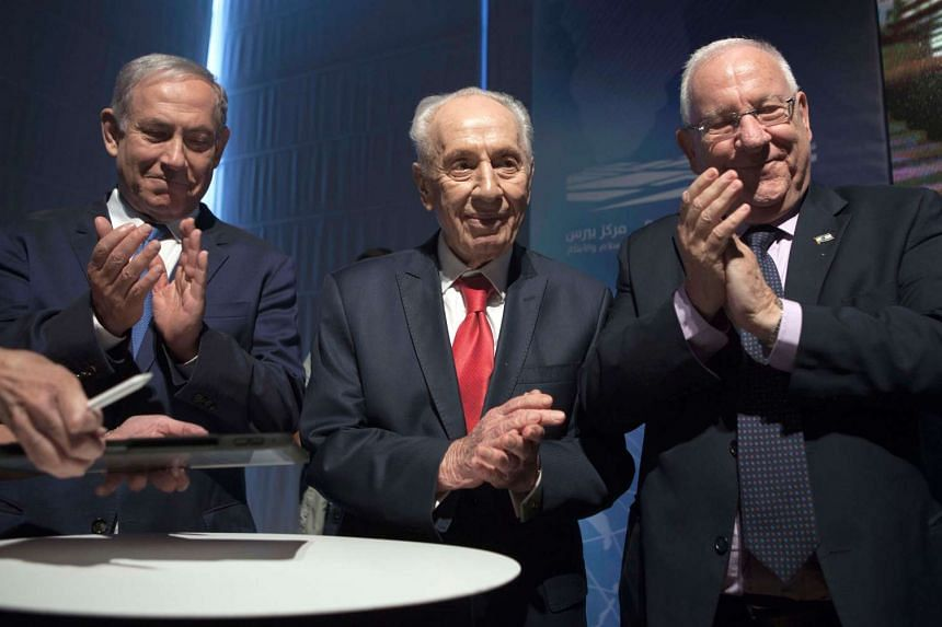 Shimon Peres ( centre) at an event in July 2016, with Israeli Prime Minister Benjamin Netanyahu (left) and President Reuven Rivlin.