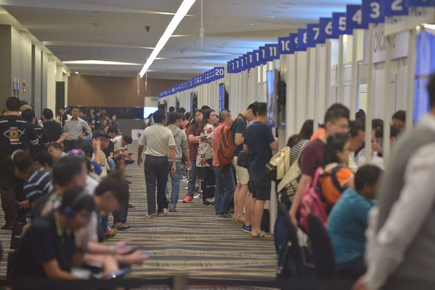 Members of the public queue at the Suntec Singapore Convention and Exhibition Centre for the exchange programme of the Samsung Galaxy Note7 on Sept 16, 2016.