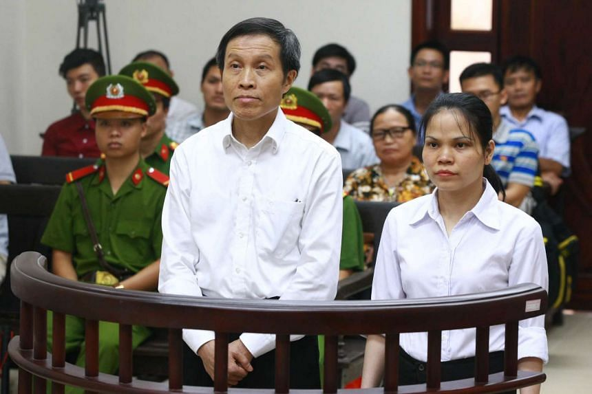 Nguyen Huu Vinh (left), known as blogger Anh Ba Sam, stands next to his assistant Nguyen Thi Minh Thuy during a trial in Hanoi on Sept 22, 2016.