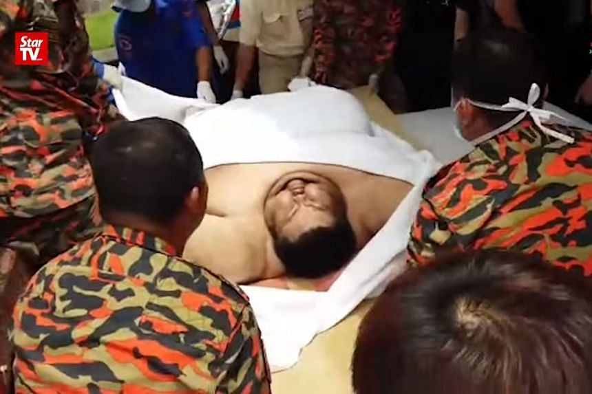 Twenty people helped to move Mr Sia Chie Herng, who weighs 250kg, from his house to the hospital after he experienced chest pain and difficulty breathing.