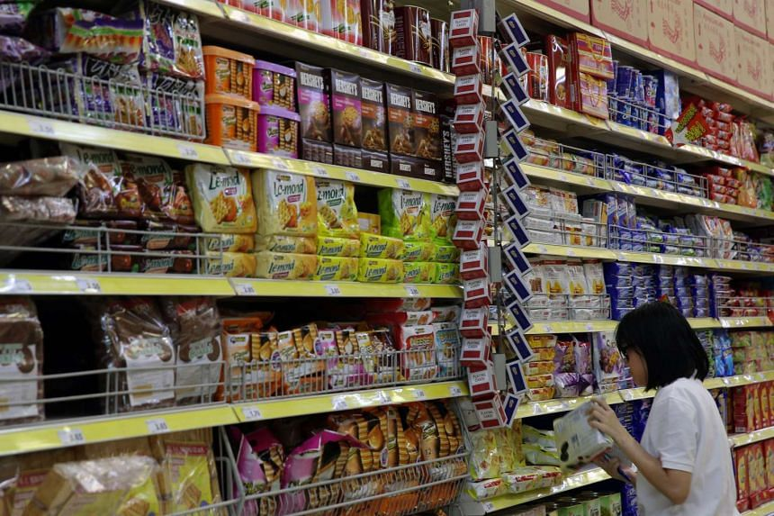 A lady shopping for groceries at Giant Tampines on Jan 13, 2016.