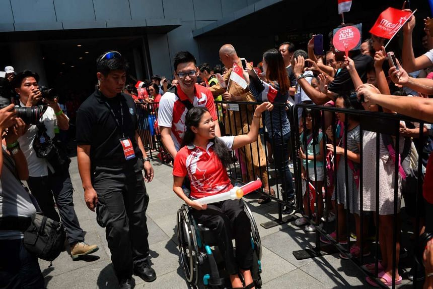 """Swimmer Yip Pin Xiu, who won two golds, greeting the crowd gathered at VivoCity. She thanked everybody for their support and said that the team was """"honoured to be able to do Singapore proud""""."""